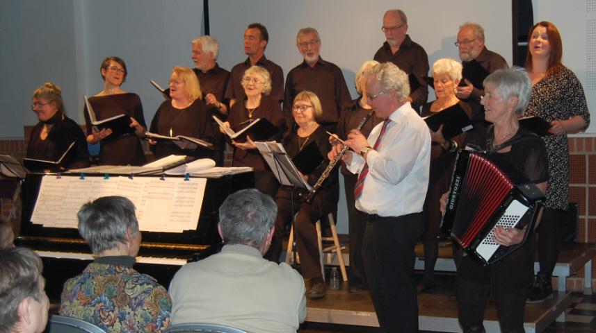 Koret synger Dejlig er Sommernatten akkompagneret af Henrik Husum på obo og Karen Nielsen på trækharmonika